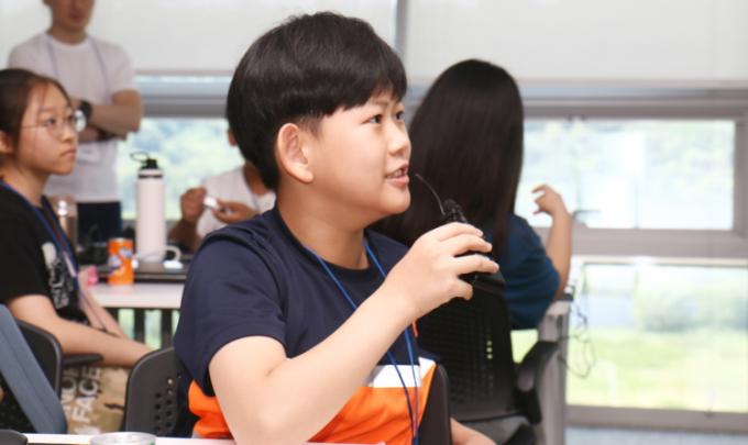1분과학의 질문에 대답하고 있는 박성현 기자