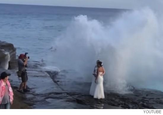 신혼부부를 거대 파도가 덮쳐