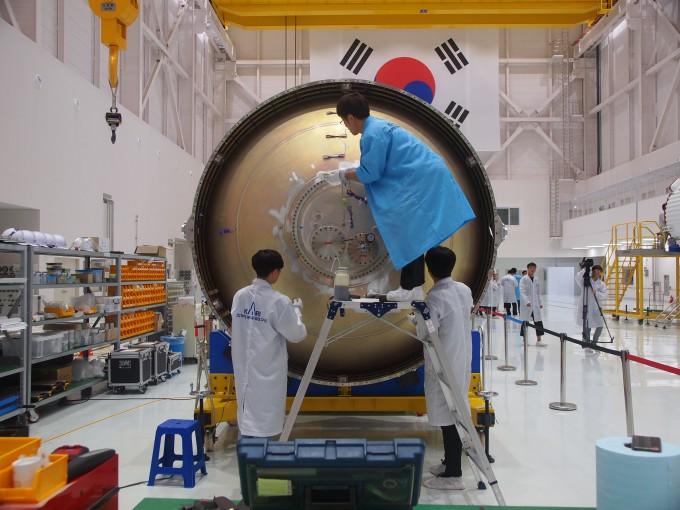 3단 로켓에 실릴 산화제 탱크를 개발 중인 연구진. - 사진 제공 윤신영
