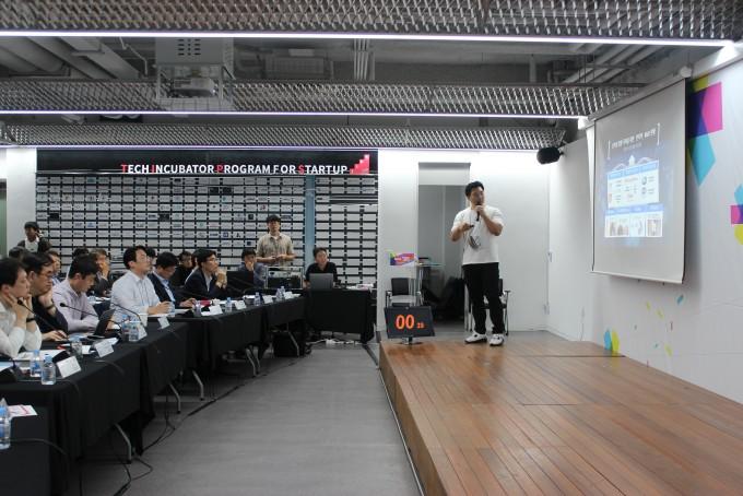 김도형 뉴아인(NuEyne) 대표가 전문 투자자들과 공학계 석학들 앞에서 미세전류를 이용한 안구건조증 치료 기기를 소개하고 있다. - 송경은 기자 kyungeun@donga.com