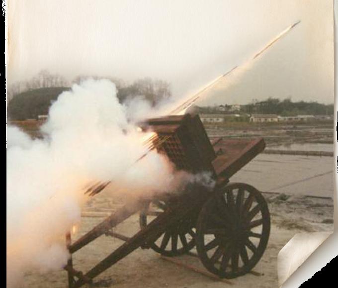 규격과 제작 방법이 남아있는 세계 최고(最古)의 로켓인 신기전은 소, 중, 대, 산화신기전 등 네 종류로 나뉜다. 비행 거리는 200~450m이며 소,중 신기전은 100여 발을 동시에 발사할 수 있다. 특히 산화신기전은 세계 최초의 2단 로켓으 로 철가루를 사방에 흩 뿌려 적지를 불태우고 적군을 위협하는 위력을 가지고 있었다. 사진은 채연석 UST교수가 1993년 소·중 신기전을 복원해 발사하는 모습이다. - 채연석 교수 제공