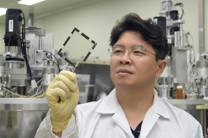 ETRI 조남성 그룹장이 유기 나노렌즈가 제작된 샘플을 점검하고 있다. 한국전자통신연구원 제공.