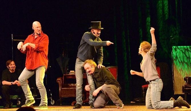 연극 무대에서는 현란한 복장을 한 배우가 과장된 말과 행동으로 연기하곤 한다. 일상 생활에서도 마치 연극을 하듯 과장된 행동과 말로 상대에게 어필하려는 성격을 연극성 성격이라고 한다. - 위키피디아 제공