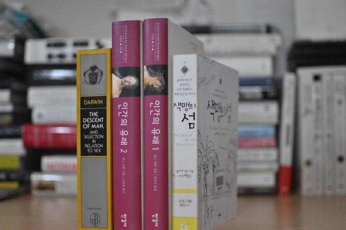 1871년 찰스 다윈은 900여 쪽 분량의 대작 '인간의 유래와 성선택'을 출간했다. 다윈은 한 권으로 내길 바랐으나 당시 출판사는 450쪽짜리 두 권으로 출간했다. 왼쪽은 1981년 프린스턴대출판부에서 낸 한 권짜리 책이다. 2006년 '인간의 유래'라는 제목으로 두 권짜리 한글판이 나왔는데 주제에 따라 나눠 '성선택' 부분인 2권이 더 두껍다. 오른쪽은 올리버 색스가 자신의 책 가운데 가장 아꼈다는 '색맹의 섬'으로 한글판으로 최근 개정판이 나왔다(사진은 2015년 나온 1판). - 강석기 제공