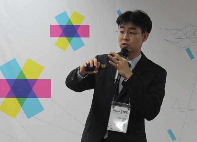 배준범 필더세임 대표(UNIST 기계항공 및 원자력공학부 특훈교수)가 기술 기반 신생 스타트업의 기업설명회(IR) '제3회 비욘드 팁스(Beyond TIPS)'에서 소프트 센서를 적용한 가상현실(VR) 디바이스에 대해 설명하고 있다. - 송경은 기자 kyungeun@donga.com