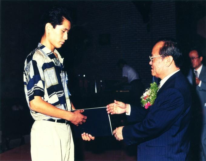 김중호 '대호' 대표가 고등학생 때 전국학생과학발명품경진대회에서 대통령상을 수상하는 모습. - 사진 제공 대호