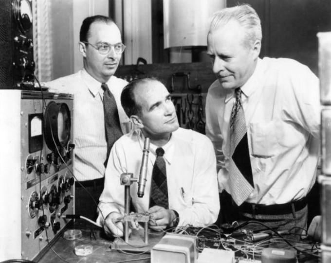 반도체를 연구해 트랜지스터 효과를 발견한 윌리엄 쇼클리(가운데) 등 과학자 3명. 이들은 1956년 노벨 물리학상을 수상했다. - 위키미디어 제공