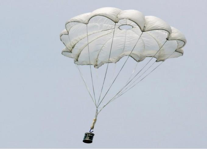 캔으로 만든 소형 위성 캔위성(CanSat)이 발사 후 낙하산을 전개한 모습. - 과학기술정보통신부 제공