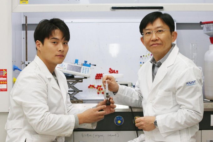 논문 제1저자인 김인호 KAIST 신소재공학과 연구원(왼쪽)과 김상욱 교수. - 사진 제공 KAIST