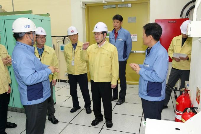 강정민원안위 위원장을 포함한 조사단이 6일 백색 비상이 발령된 한울 원전을 방문에 안전상태를 점검하고 있다-원자력안전위원회 제공