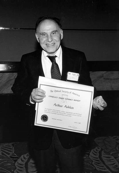 1988년의 아서 애슈킨 박사.(찰스 하드 타운스 어워드 시상식)