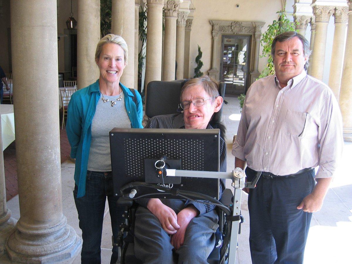 고 스티븐 호킹 교수는 생전 많은 학자들의 존경을 받았다. 사진은 호킹 교수와 함께 있는 프랜시스 아놀드 미국 캘리포니아공대 교수. 아놀드 교수는 올해의 노벨화학상을 수상했다.