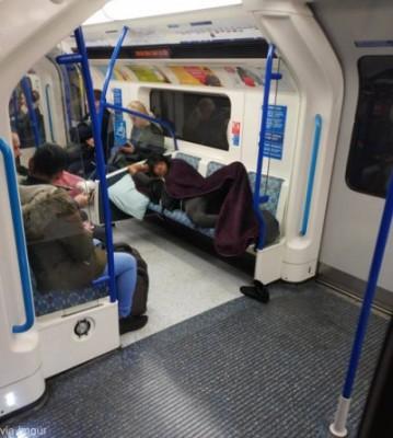 지하철에서 다리 뻗고 자는 남자