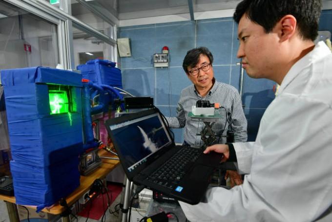 신유환 한국과학기술연구원(KIST) 선임 연구원(왼쪽)과 신동호 연구원이 열배터리 성능을 테스트하고 있다.
