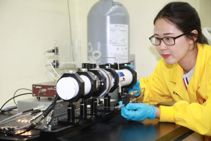 한 연구진이 뫼스바우어 분광기를 다루고 있다. 한국원자력연구원 제공.