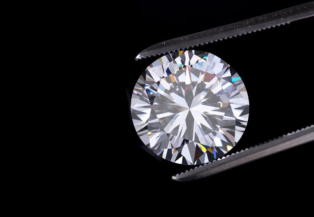 불순물이 없는 높은 순도의 다이아몬드를 빠르게 만들 수 있다. 약간의 불순물을 넣어 미학적인 평가도 높이고 있다. -드비어스 제공