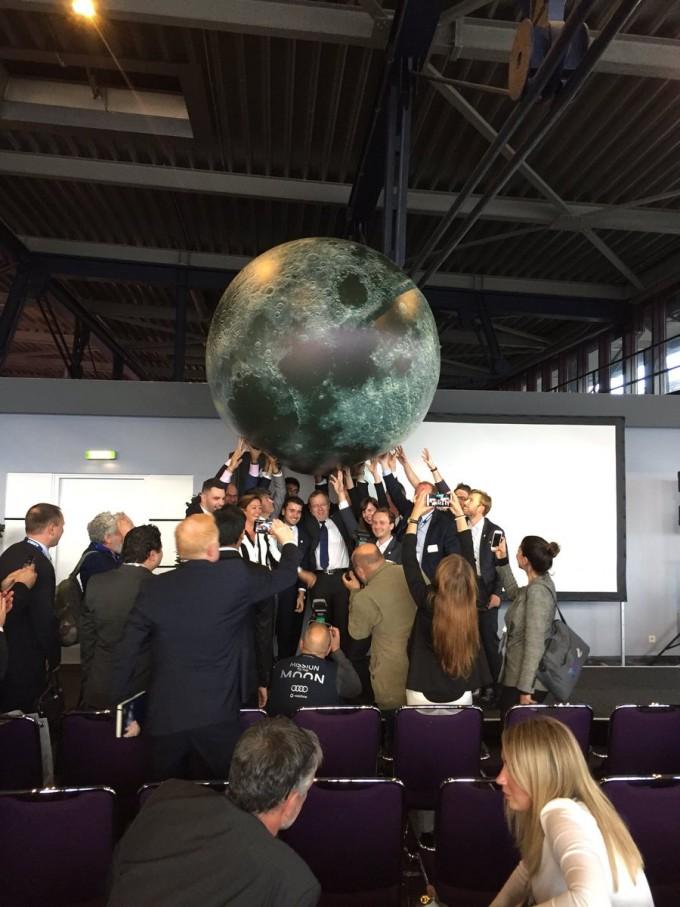1일, 문레이스 발표 직후 관련 사람들이 거대한 달 모형을 들고 기념 사진을 찍었다. -사진 제공 니콜라스 차무시 트위터