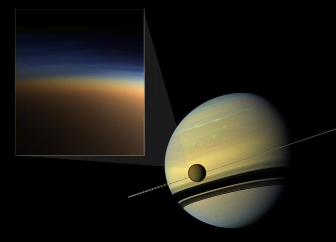 타이탄의 대기(왼쪽)과, 토성 궤도 위의 타이탄. - 사진 제공 NASA/JPL