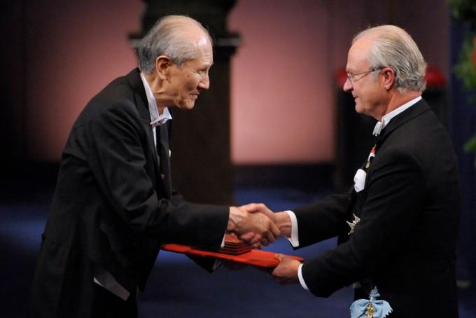 오사무 시모무라 교수가 2008년 당시 노벨화학상 시상식에서 수상하는 모습. - 미국 보스턴대 제공