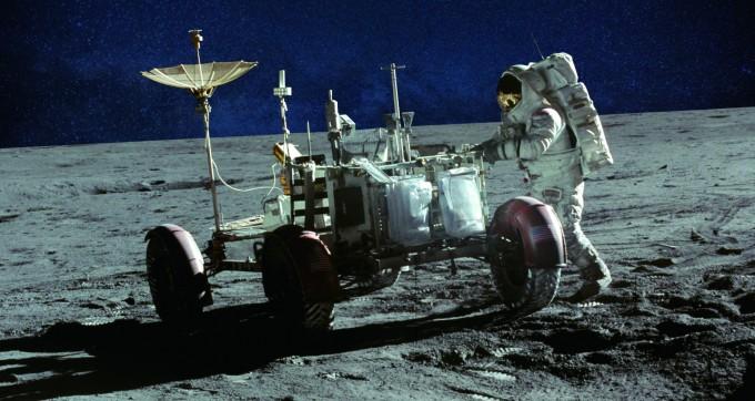 1971년, 아폴로 15호는 세계 최초로 달에 월면차를 보냈다. 사진은 아폴로 15호를 타고 달에 도착한 월면차와 우주 비행사 제임스 어윈의 모습. - NASA 제공