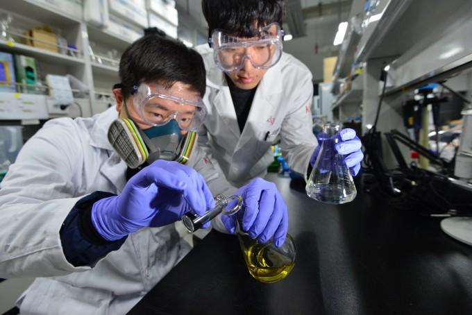 KIST 연구팀이 6가 크롬이 들어있는 노란색 수용액에 가루 형태의 고분자 ′폴리피롤′을 첨가해 6가 크롬을 제거하고 있다. -사진 제공 KIST
