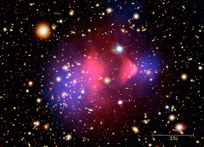 찬드라 X선 탐사선이 촬영한 대표적인 이미지인 총알 은하단. 분홍색이 X선 영상으로, 물질(분홍색)과 중력원(파란색)이 일치하지 않는다. 강한 중력을 지닌 암흑물질의 증거라는 주장이 제기됐다. -사진 제공 NASA