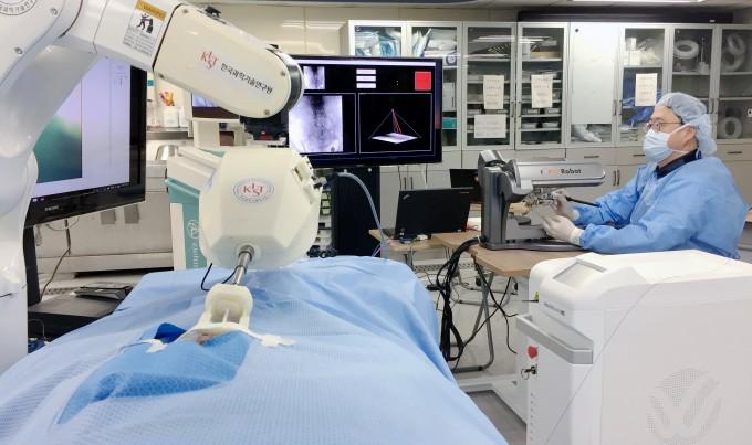 24일 오전 서울 서대문구 세브란스병원에서 신동아 세브란스병원 신경외과 교수가 원격 수술 로봇 ′닥터 허준′으로 카데바에 카테터 시술을 시험하고 있다. - 윤신영 기자
