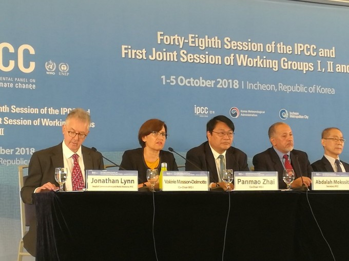 기후변화에 관한 정부간 협의체(IPCC)가 8일 오전 인천 송도컨벤시아에서 지난주 195개국이 승인한 '지구 온난화 1.5도 특별보고서' 내용을 발표하고 있다. IPCC 제공