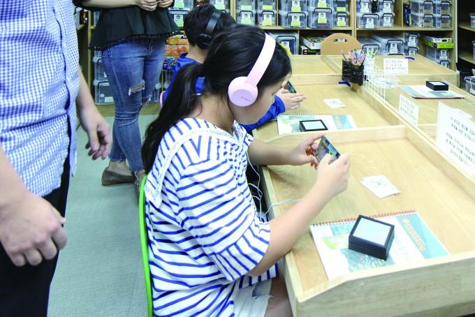 이유주 양이 수와북 연구소에서  개발한 AR 게임을 하고 있는 모습.  한 번이라도 틀리면 처음으로  돌아가는 집중력은 필수! - 조혜인 기자 제공