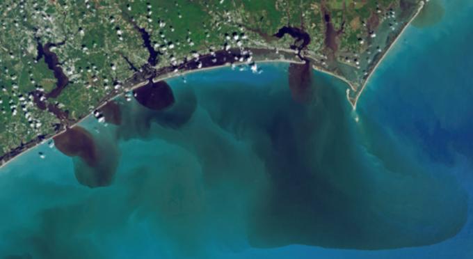 태풍 플로렌스가 지나간 뒤 미국 동부 해안가를 찍은 위성 사진.  오염 물질이 대서양으로 흘러 들어가는 것을 볼 수 있다. - NASA 제공