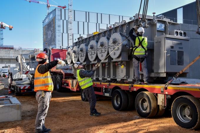 한국이 개발, 제작한 세계 최고성능의 변압기가 프랑스 카다라쉬 국제핵융합실험로(ITER) 건설 현장으로 수송되고 있는 모습. - 국가핵융합연구소 제공