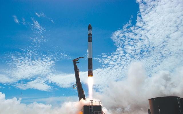 미국의 소형 발사체 기업 로켓랩이 자체 개발한 발사체 '일렉트론'을 발사하고 있다. 일렉트론은 30개에 이르는 전 세계 소형 발사체 기업 중 하나로, 기술 완성도가 가장 높아 상용 발사 서비스에 제일 근접했다는 평가를 받고 있다. - 로켓랩 제공