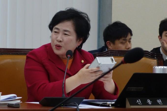 지난 12일 국회에서 진행된 원자력안전위원회 국정감사에서 신용현 바른미래당 의원이 관계자들에게 질의하고 있다-김진호 기자 twok@donga.com