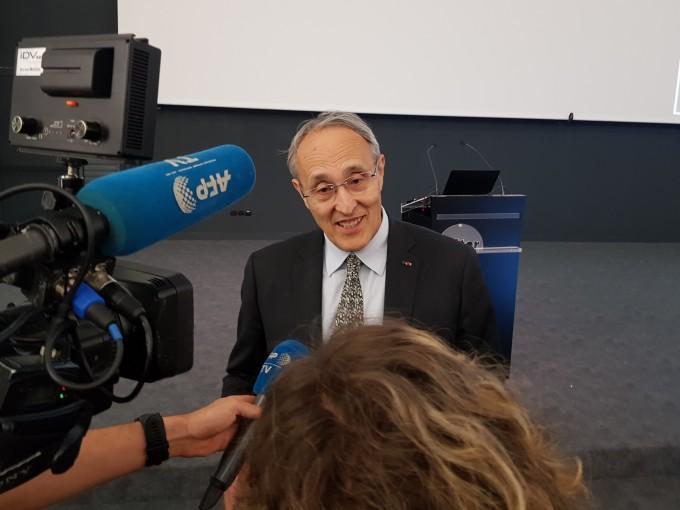 버나드 비고 국제핵융합실험로(ITER) 사무총장이 10일(현지 시간) 프랑스 카다라쉬 ITER 본부에서 열린 2018 프레스 데이 발표 후 기자들과 이야기를 나누고 있다. - 카다라쉬=송경은 기자 kyungeun@donga.com