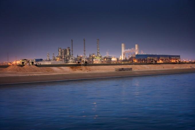 카타르 라스라판에 있는 세계 최대 규모의 합성석유 공장 전경이다. 피셔-트롭 공정으로 천연가스에서 하루 14만 배럴의 액체연료를 생산하고 있다. - 위키피디아 제공