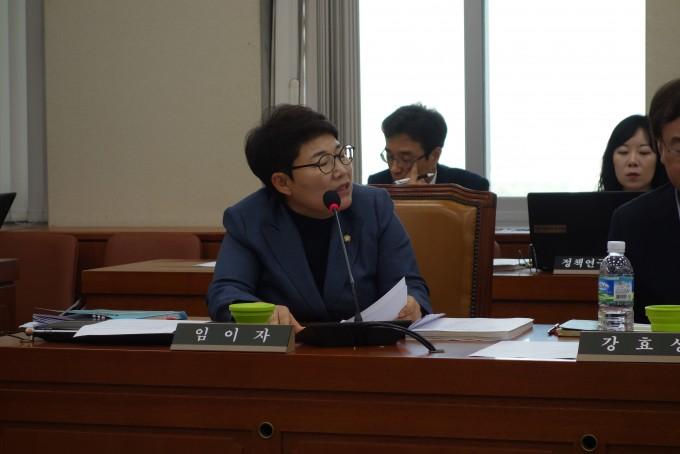 임이자 자유당위원이 올여름 태풍과 호우에 대한 기상청의 잘못된 예보를 지적하고 있다-김진호 기자