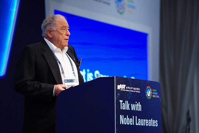 쿠르트 뷔트리히 스위스 취리히연방공대 교수가 22일 한국과학기술한림원 주최로 열린 '노벨상 수상자와의 대담'에서 건강한 삶을 주제로 강연을 하고 있다. - 과기한림원 제공