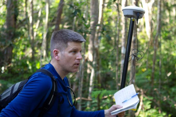 라이다 장비를 들고 직접  푸에르토리코 섬을 조사하고  있는 NASA의 더그 모튼  연구원 - NASA Goddard Space Flight Center(F) 제공
