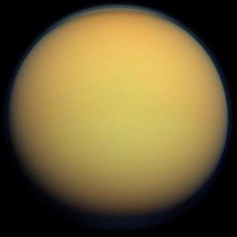 토성의 제1위성 타이탄. 표면에 보이는 오렌지색 대기는 수많은 유기물로 구성돼 있다. - 사진 제공 NASA