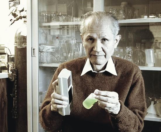 19일 타계한 오사무 시모무라 미국 보스턴대 명예교수가 생전에 녹색형광단백질이 든 시험관과 자외선 램프를 들고 있는 모습. - 보스턴대 제공