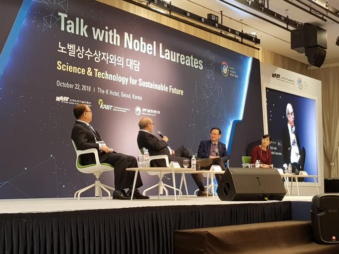 22일 열린 '노벨상 수상자와의 대담'에서 마틴 챌피 미국 컬럼비아대 교수(왼쪽에서 두번째)와 연구자들이 대담을 나누고 있다. - 송경은 기자 kyungeun@donga.com