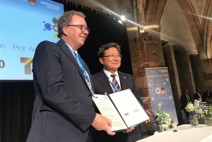 거점 국립대 총장협의회장인 전호환 부산대총장(오른쪽)이 독일 TU9 회장인 볼프람 레셀 슈투트가르트대 총장이 양기관 교류협력에 관한 양해각서(MOU)를 체결하고 밝게 웃고 있다. 부산대 제공