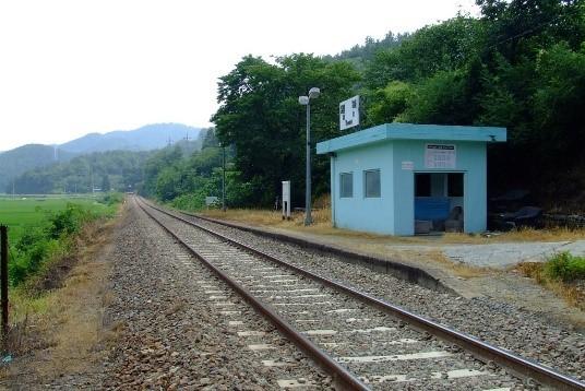 작은 간이역. 급행 열차는 작은 역에 서지 않는다. 그러나 목적지에 도착하는 순간 삶이라는 여행이 끝나는 것이라면, 서두를 이유가 없다. 작은 간이역이라도 빠짐없이 정차하여 그 순간을 누리는 것이 현명하다.