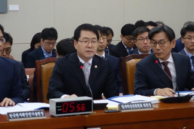 강정민 원자력안전위원회 위원장이 12일 진행된 국정감사 현장에서 의원들의 질의에 답변하고 있다-김진호 기자