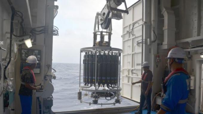 이사부호 승무원들이 해양조사장비 중 하나인 수온염분측정기(CTD)를 크레인을 이용해 바닷속으로 집어넣고 있다. - 전승민 기자 제공