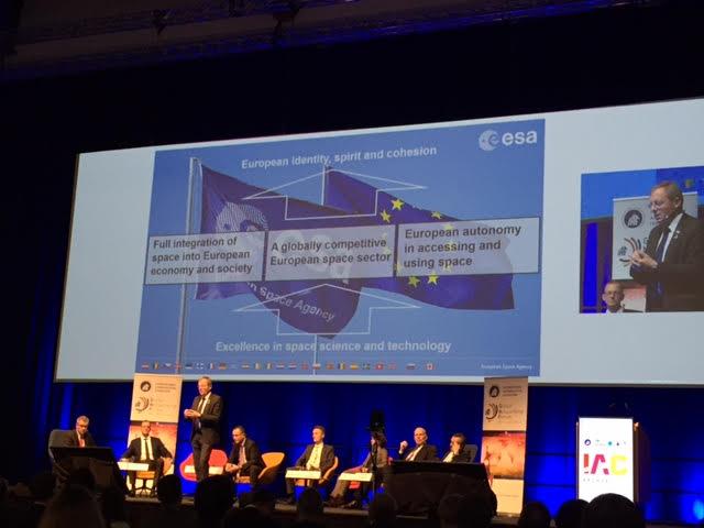 독일 브레멘에서 1~5일 개최된 국제우주대회(IAC)에서 유럽우주국장, 아리안그룹 회장, 아리안스페이스 부사장 등 유럽 발사체 분야의 리더들이 미래 발사체의 방향에 대해 논의하고 있다. 이들은 공통적으로 ′시장′에 맞춰 발사체 기업과 우주기구도 변해야 한다고 말했다. - 독일 브레멘=윤신영 기자