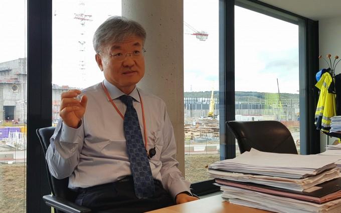11일(현지 시간) 프랑스 카다라쉬 국제핵융합실험로(ITER) 본부에서 만난 이경수 ITER 사무차장이 사업 현황에 대해 설명하고 있다. 뒷편은 ITER 건설 현장이다. - 카다라쉬=송경은 기자 kyungeun@donga.com