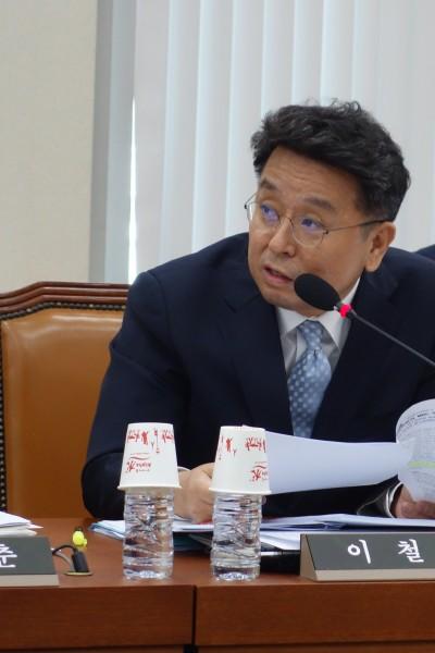 이철희 더불어민주당 의원이 사퇴한 강정민위원장에 대해 발언하고 있다- 김진호 기자