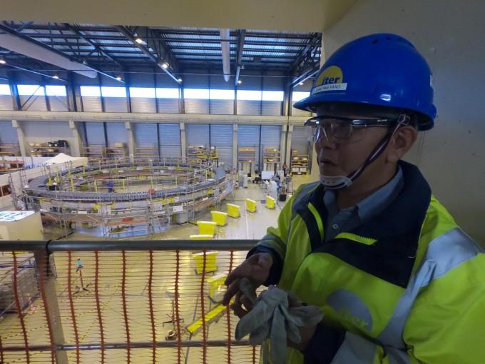 양형렬 국제핵융합실험로(ITER) 토카막조립팀장이 프랑스 카다라쉬 ITER 건설 현장에서 주요 공정에 대해 설명하고 있다. 뒤로 보이는 것은 진공용기를 감싸는 대형 초전도 코일이다. 최대 직경이 22m인 이 같은 원형 코일은 총 6개가 설치된다. - 카다라쉬=송경은 기자 kyungeun@donga.com