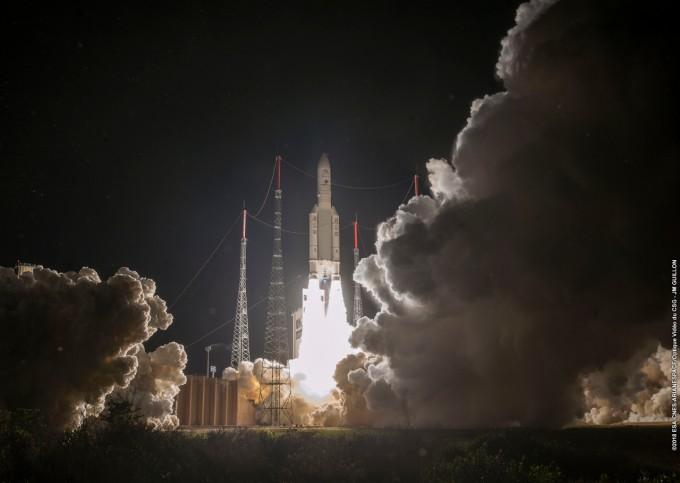 20일 프랑스 기아나 우주기지에서 발사되는 유럽의 민간 우주 발사체 아리안 5. 이번이 101번째 발사였다. 유럽과 일본의 수성탐사선을 실은 채 성공적으로 우주로 날아갔다. - 사진 제공 ESA/CNES/Arianspace